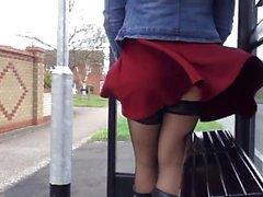 Rosa Kleid upskirt Strümpfe, die stürmisch sind