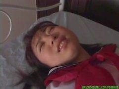 Ryoko Yaka jolie teen asiatique pose à l'extérieur avant de se masturber