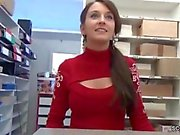 Caméra geile Aushilfe direkt in der Videothek baisée und besamt