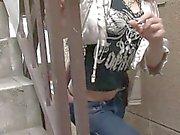 Elle donne une bj sexy des jeans l'entrejambe