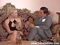 Busty Italian brunette Federica Zarri saa ja antaa pään sängyssä