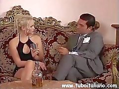 Gros seins brune italienne de Federica Zarri reçoit et suce dans le lit