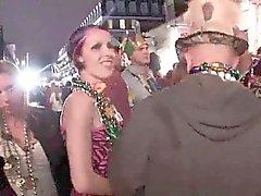 Los aficionados al azar parpadean en público durante el carnaval