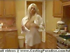 Jazy Berlijn teen blonde chick met grote tieten en grote kont krijgt kutje likte