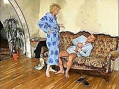 Moder får honom att årligen och fångster pojke ha gyckel med hennes trädgår