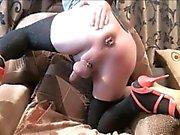 Sie-babe reitet einen Dildo und masturbatres
