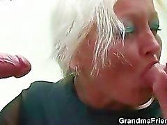 Perversen alter Lehrer nimmt zwei jungen Hähne