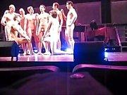 Chicos desnudos cantando