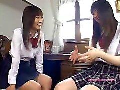 Sitting Roo yılındasandalyede otururken tükürmek okşama öpüşme 2 Schoolgirls