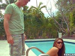 Mit Charme Latina Madelyn Marie verliert die Bikini und bläst ihm den