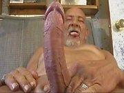 Anciano con un gran instrumento masturba