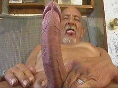 Alte Mann mit großer Werkzeug beim Wichsen