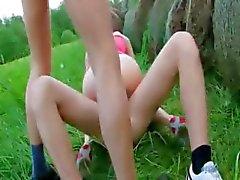sierlijke dubbele neuken buiten met tiener