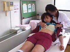 Förtjusande flicka finns ett kinky läkaren att smeka samt kissing her