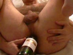 Harry Anal Masturbation mit Weinflasche