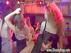Hete babes in Praag aan de slag en dansen met mannelijke strippers