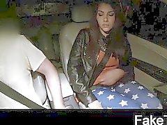 Mooi jong meisje krijgt taxi gestoken