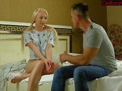 Heiße und geile Blondine Zoya weht schwer