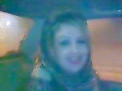 hijab tyttö puhaltaa autossa