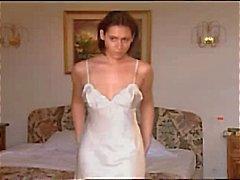 Brunette valkoinen satiini yöpaita masturboi