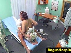 Doktor, eurobabe'yi ofisinde temizliyor sikişiyor