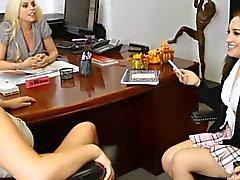 Chaude Bureau Lesbiennes Menage à Trois
