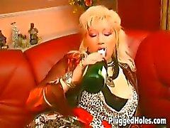 Peituda maduras monta uma garrafa como um louco