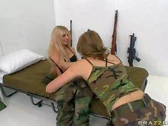 Лесбиянки армии девочки Джесси Эндрюс и Яна Иордании