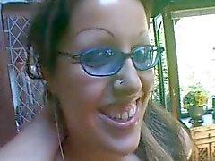 Puta com óculos azuis