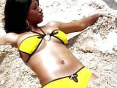Bikini ebenholts Kiki Armani få en vit pecker