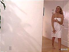 Porno superster Julia Ann krijgt een hete en stomende intieme massage