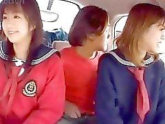 D'Airin Okui et des poussin dans uniforme scolaire suce des gaffes
