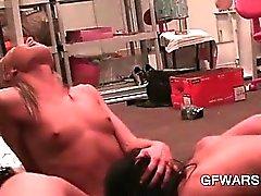 Lilla boobed Bisexual blonde fitta slickar av stark orgasm