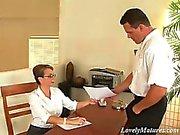Big boobed reifen Sekretär in Strumpfhose Stechpalme kommt glatte cooshie Fest auf dem Tisch aufgeschraubt