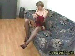 Grand-mère se masturbant vers porno