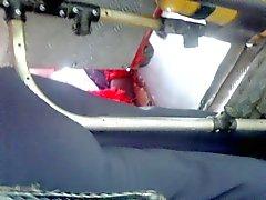 ayudandole uno culona caliente di tubo metalico p1