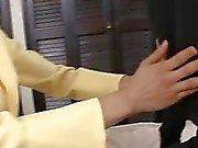 Heta asiatiska älskling mesmerizes i orala stimulation