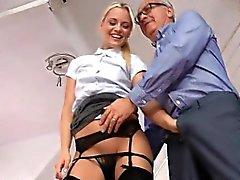 Stunning blonde eating del Reino Unido amplio schlong de en sus rodillas