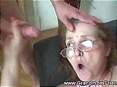 Geile oma krijgt gezicht van mannen