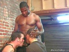 Zwei schwarze Pförtner einen weißen Mann in den Arsch ficken