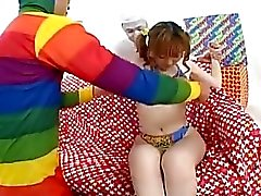 Unschuldige japanische Teenager behaarte Pussy von zwei maskierten Jungs gespielt