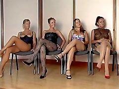 Español inspector del cuerpo femenino