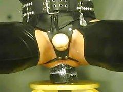 Crossdresser del a de látex adora a experimentos con pervertidos