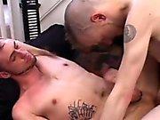 Twink Mohawk трахает анал со спины