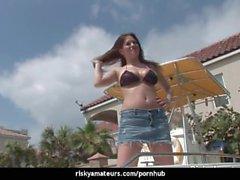 Sexig amatören stripp i en båt för