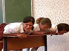 3 russischen Schülerinnen Rohrstock