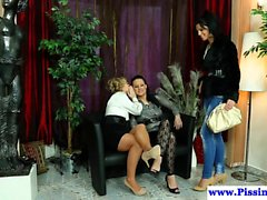 Гламурно лесбиянки писают в dyke трио