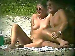 voyeur op naakt strand