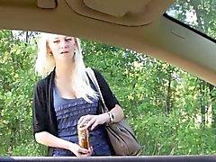 Nach dem Lehnen aus dem Autofenster zu saugen dick diese geil