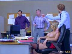 Slut de oficina Kagney Linn Karter toma polla grande